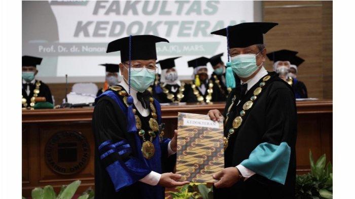 Rektor Unisba menyampaikan berkas mahasiswa baru T.A 2020-2021 ke depan Fakultas Kedokteran.