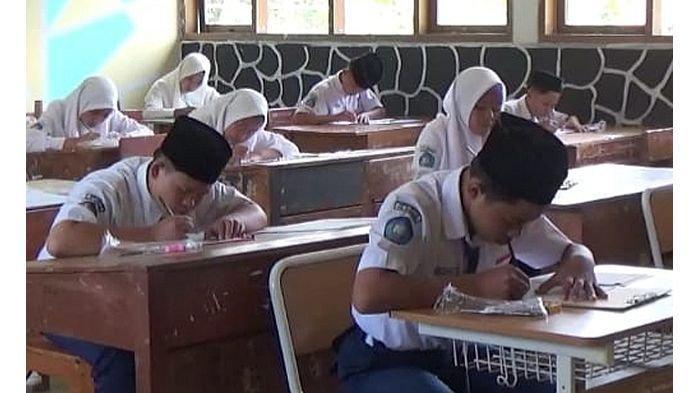 Tak Ada Komputer, Siswa SMP Negeri 2 Sukaraja Tasikmalaya Masih Harus Ujian Pakai Kertas dan Pensil