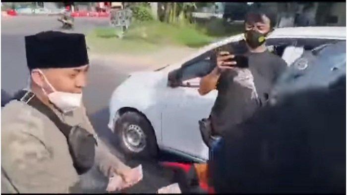 Viral Aksi Ustaz Ujang Bustomi Bagi-bagi Uang di Cirebon, Sisihkan Uang 100 Juta, Sebut Bantuan PPKM