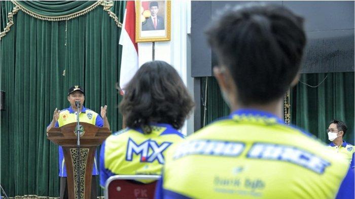 Wakil Gubernur (Wagub) Jawa Barat (Jabar) Uu Ruzhanul Ulum saat memotivasi kontingen Jabar cabang olahraga (cabor) balap motor di Aula Barat Gedung Sate, Kota Bandung, Senin (27/9/2021).