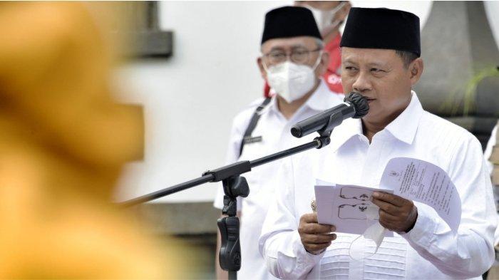 Wakil Gubernur (Wagub) Jawa Barat (Jabar) Uu Ruzhanul Ulum saat melepas tim untuk menyemprotkan cairan eco enzyme ke udara bersama Komunitas Eco Enzyme Bandung di Gedung Sate, Kota Bandung, Rabu (22/9/2021).