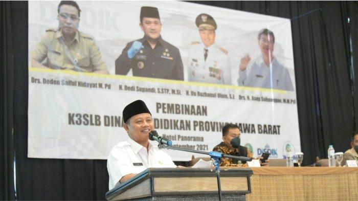 Wakil Gubernur (Wagub) Jawa Barat (Jabar) Uu Ruzhanul Ulum saat menyampaikan arahan kepada Kelompok Kerja Kepala Sekola Luar Biasa (K3SLB) Provinsi Jabar di Hotel Panorama, Kabupaten Bandung Barat, Selasa (28/9/2021).