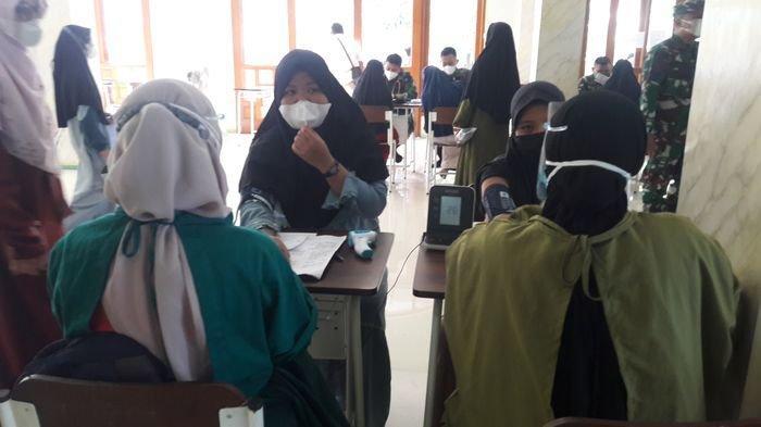 Para santri di pesantren Al-Muhajirin, Kelurahan Ciseureuh, Kecamatan Purwakarta Kota, Kabupaten Purwakarta menjalani vaksinasi Covid-19 dosis pertama, Kamis (22/7/2021).
