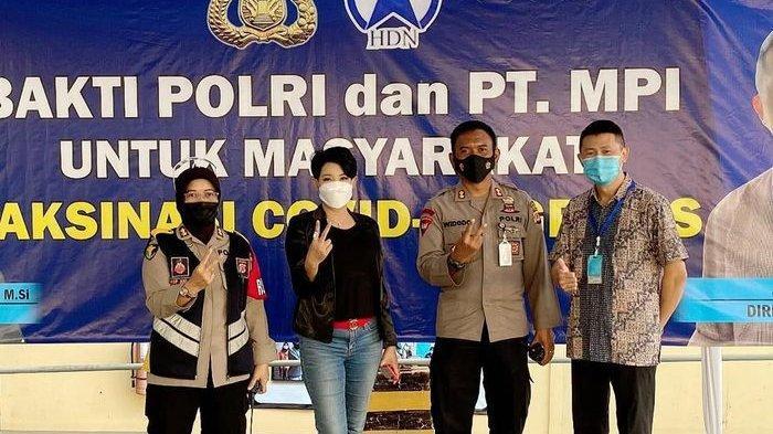 Ketua Apindo Jawa Barat, Ning Wahtu Astutik bersama Polda Jabar dan PT MPI melaksanakan vaksinasi massal di PT MPI yang juga produsen sepatu New Balance di Jalan Pramuka, Jatiluhur, Kabupaten Purwakarta, Rabu (14/7/2021).