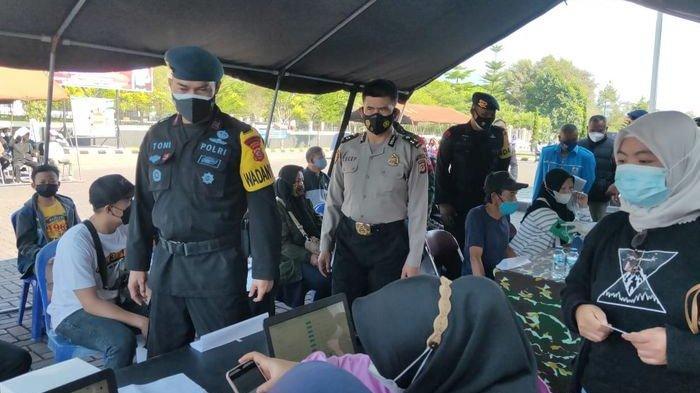 Satbrimob Polda Jabar Sasar Warga yang Belum Divaksin di Cipanas Cianjur, Ada Layanan Drive Thru