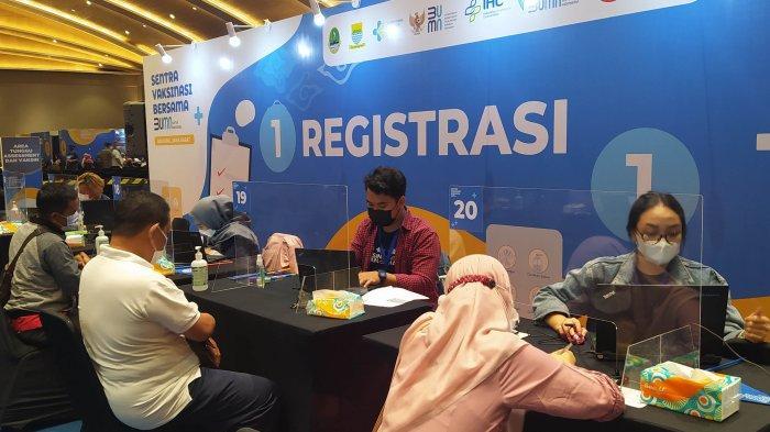 Pelaksanaan vaksinasi bagi para pekerja BUMN dan lansia masih berlangsung di Sentra Vaksinasi Bersama BUMN, Eldorado Convention Hall, Bandung, Jawa Barat, Minggu (2/5/2021).