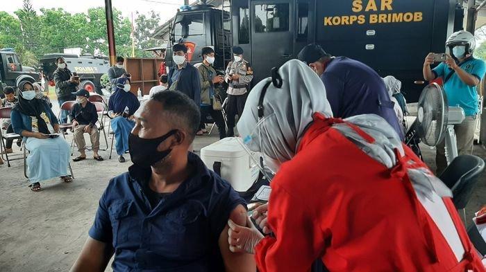 Warga Antusias Ikut Vaksinasi Massal Covid-19 di Satbrimob Polda Jabar, Merasa Lega Setelah Disuntik
