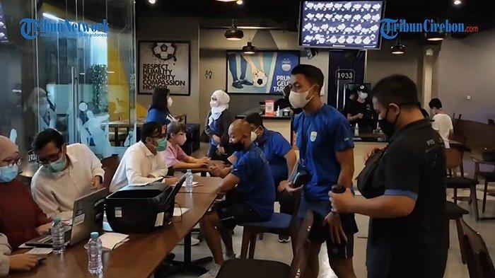 Pemain, tim pelatih, dan ofisial klub Persib Bandung melaksanakan vaksinasi Covid-19 dosis kedua di Graha Persib, Jalan Sulanjana, Kota Bandung, Selasa (6/4/2021).