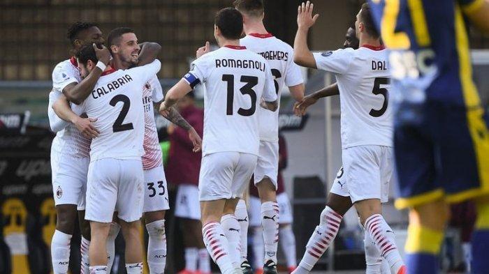 Para pemain AC Milan merayakan gol Rade Krunic ke gawang Hellas Verona pada laga pekan ke-26 Liga Italia 2020-2021 di Stadion Marc'Antonio Bentegodi, 7 Maret 2021.