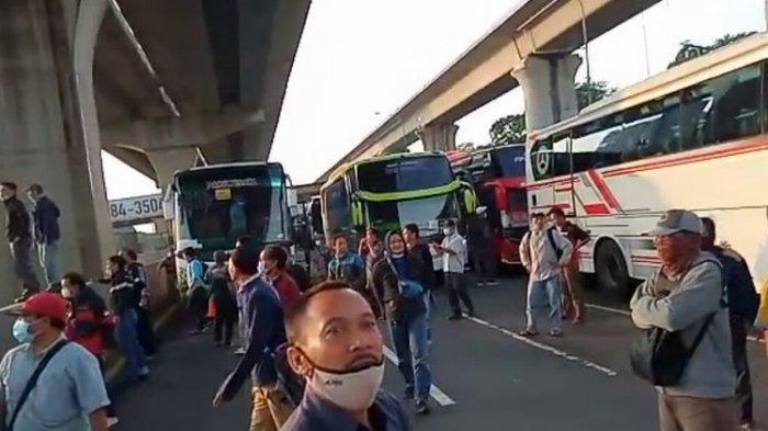 VIRAL DI MEDSOS Video Pekerja Protes Penyekatan Jalur Mudik di GT Cikarang, Polisi Bilang Begini