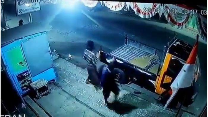 BREAKING NEWS: Bendera Merah Putih Dicabut Paksa 4 Pemuda, Aksinya Terekam CCTV, Diduga di Garut