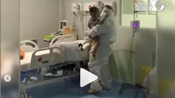 Viral Video Tenaga Medis Ber-APD di Wisma Atlet Bikin Terharu, Gendong Pasien 2 Tahun yang Rewel