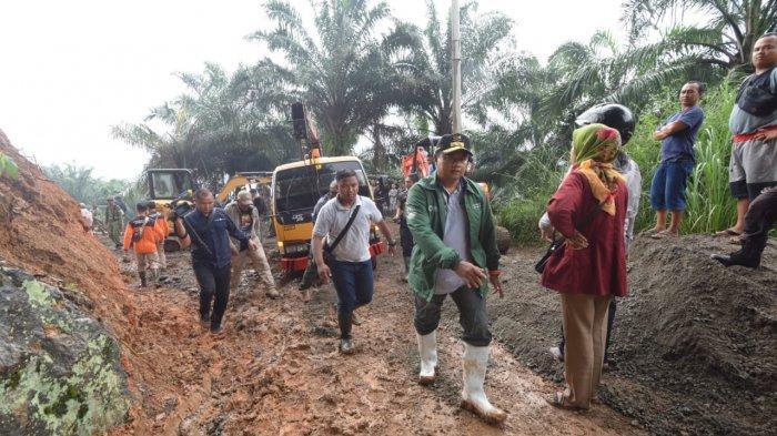 Tinjau Banjir dan Longsor di Bogor, Wagub Uu Ruzhanul Ulum Serahkan Bantuan Pemprov Jabar