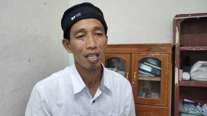 Wajah Nana Mulyana Kepala Desa Sukamukti, Kecamatan Jakaksana, Kabupaten Kuningan yang disebut-sebut wajahnya mirip Presiden Jokowi saat ditemui di kantornya, Jumat (22/1/2021).