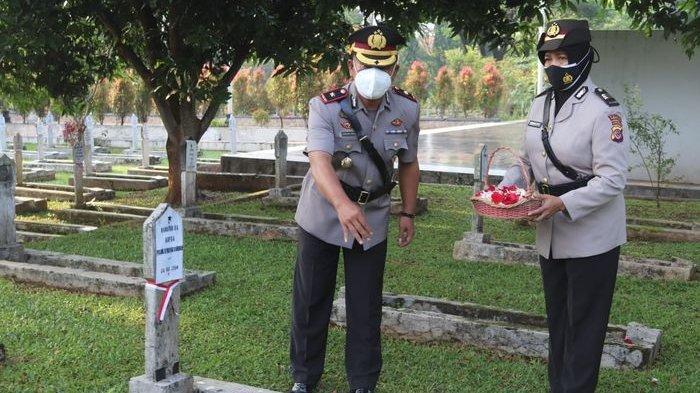 Peringati HUT Bhayangkara, Personel Polres Purwakarta Berziarah ke Makam Taman Pahlawan Sirna Raga