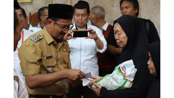 PWI Garut Salurkan 150 Paket Sembako, Wakil Bupati Helmi Budiman Turut Serahkan Bantuan