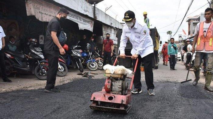 Wakil Bupati Sumedang Akhirnya Perbaiki Jalan Berlubang Pakai Uang Sendiri, Kesal Dicuekin PUPR