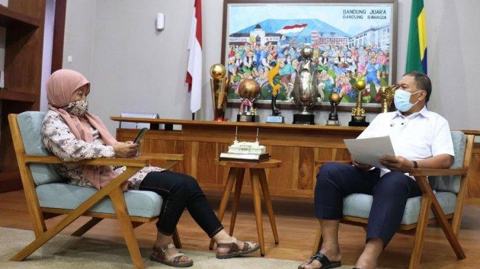 Wali Kota Bandung Oded M Danial saat diwawancarai Wartawan Tribun Jabar Tiah SM.
