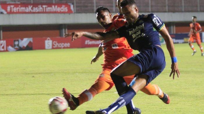 Pemain Persib Bandung Wander Luiz berebut bola dengan pemain Persiraja Banda Aceh di Piala Menpora 2021, Jumat (2/4/2021). Persib menang 2-1.