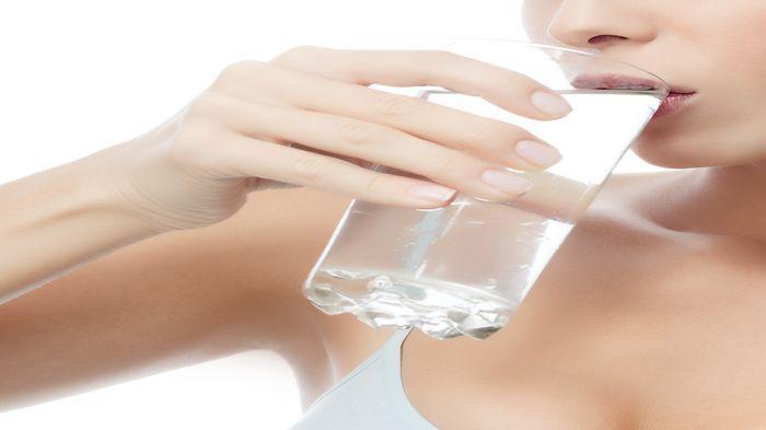 Rasakan Manfaat Minum Selegas Air Asin Hangat Setiap Hari, Kamu Tak Akan Rugi