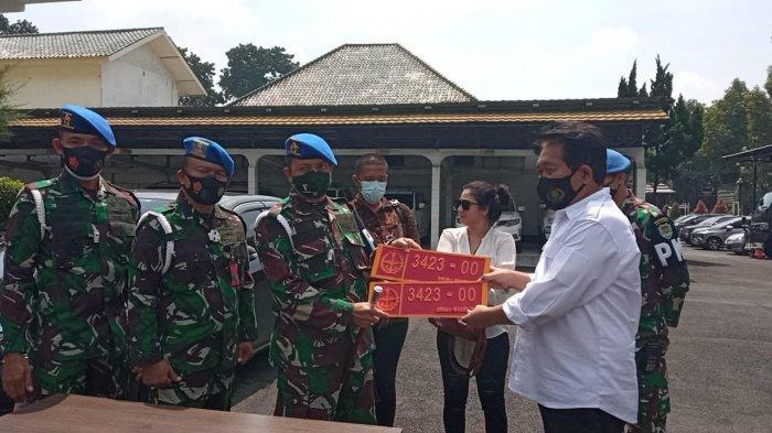 Wanita yang Pamer Mobil Dinas TNI Ternyata Warga Batununggal Bandung, TNI Sudah Serahkan ke Polisi