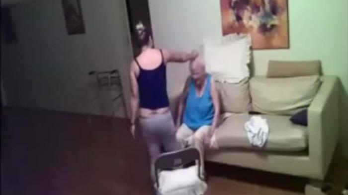 VIDEO: Merinding, Seorang Pembantu Terekam CCTV Mencekik dan Memukul Kepala Wanita Tua