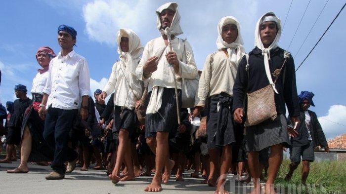 Warga Baduy Dalam dan Baduy Luar berjalan ratusan kilometer dari tempat tinggalnya menuju Kantor Gubernur Banten, Sabtu (3/5/2014). Dalam acara ritual tahunan bernama Seba Baduy tersebut warga Baduy mengantarkan hasil bumi kepada Bupati Lebak dan Gubernur Banten untuk melakukan komunikasi dengan pemerintah.