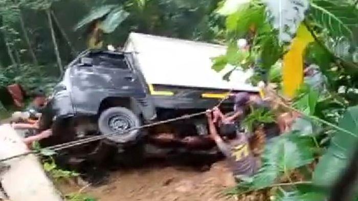 Aksi Dramatis Warga Selamatkan Mobil Boks yang Terbawa Longsor di Tasikmalaya, Diakhir Sorak-Sorai