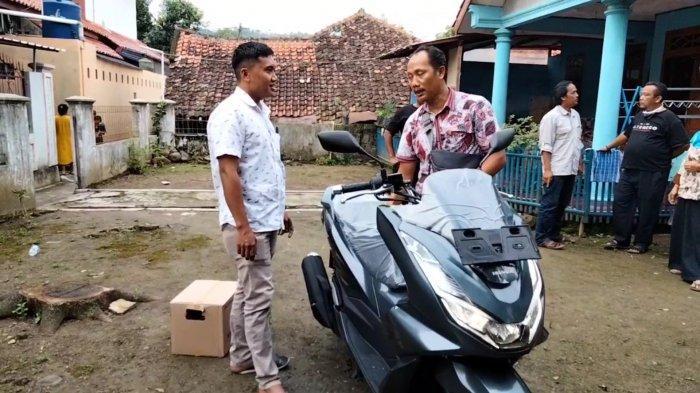 Warga Desa Kawungsari, Cibeureum, Cahyono (baju putih) yang membeli motor baru. Warga desa ini mendadak jadi miliarder karena terdampak pembangunan Waduk Kuningan.