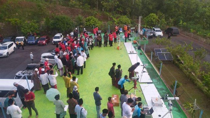 Warga berdatangan ke tempat rukyatul hilal penentuan awal Ramadan di Pusat Observasi Bulan (POB) Cibeas, Desa Sangrawayang, Kecamatan Simpenan, Kabupaten Sukabumi, Jawa Barat, Senin (12/4/2021).