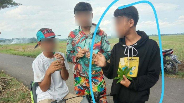 Arif Nurahman (15), paling kanan bersama dua temannya sesaat sebelum berenang di Pantai Pangandaran dan tenggelam, Minggu (11/4/2021) siang.