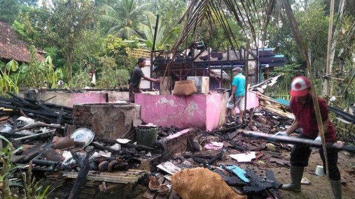 Warga Gotong-royong Bersihkan Puing-puing Kebakaran di Ciminyak, Gabah 4 Karung Selamat
