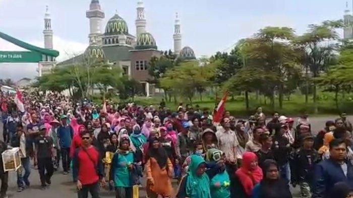 Ibu-ibu dan Gadis Desa Neglasari Demo ke DPRD Kabupaten Tasikmalaya, Ini Tuntutan Massa