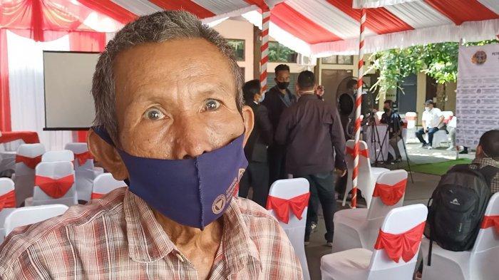 Warga saat menerima pembayaran uang ganti rugi Pembangunan Proyek Petrochemical Complex Jabar di Kabupaten Indramayu, Rabu (14/4/2021).