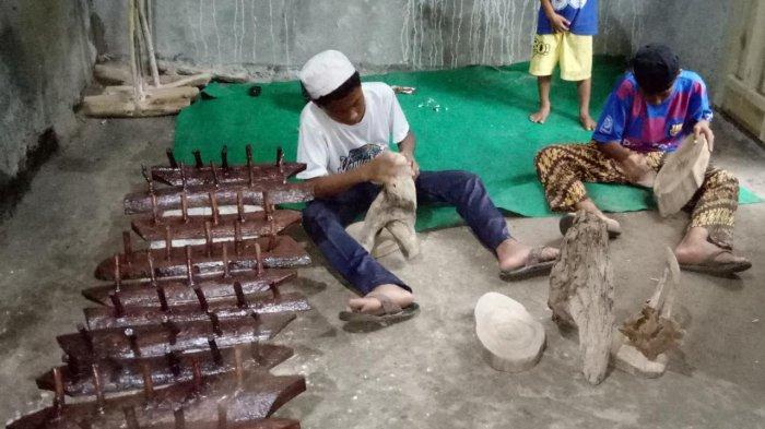 Warga Kampung Batusapi Palabuhanratu Sulap Limbah Kayu jadi Meja, Kursi, hingga Lampu Hias