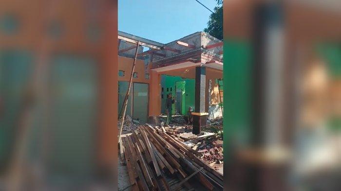Warga Desa Kawungsari membongkar rumahnya sendiri. Mereka harus pindah karena proyek Waduk Kuningan.