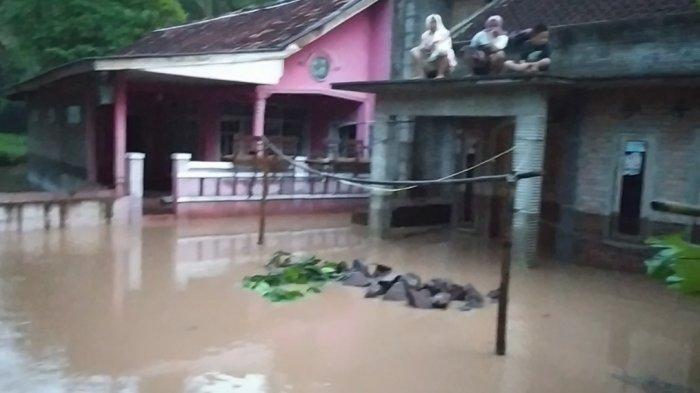 BREAKING NEWS Warga Cianjur Teriak Minta Tolong dari Atap Rumah, Banjir 3 Meter Datang Jelang Sahur