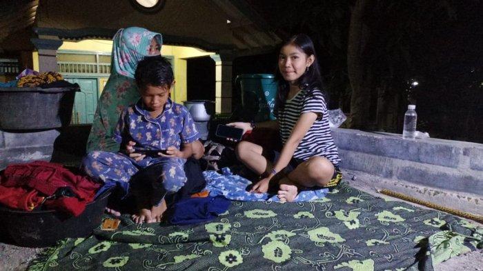 Malam Ini, Ani dan 2 Anaknya Harus Tidur di Emperan Jalan, Banjir Kiriman Sungai Cimanuk Belum Surut
