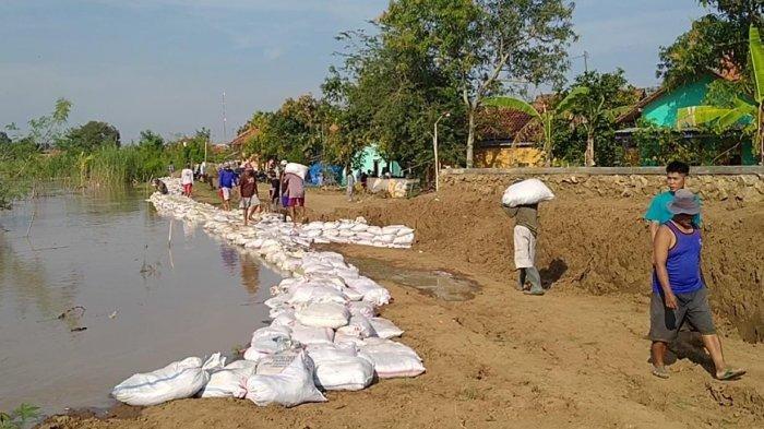Debit Sungai Cimanuk Meningkat Membuat Warga Waspada, Sejak Dini Hari Gotong Royong Perkuat Tanggul