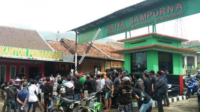 Warga dari 3 Desa Geruduk Kantor Perum Griya Sampurna, Desak Pengembang Bangun TPT Agar Tak Longsor