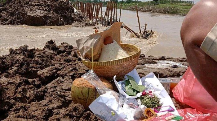Warga Simpan Sesajen, Minta Agar Tanggul Sungai Cipanas di Losarang Indramayu Gak Jebol Lagi