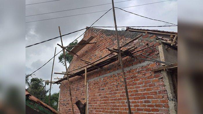 Niat Perbaiki Atap Rumah, Warga Purwakarta Ini Malah Tersengat Listrik dan Terjatuh