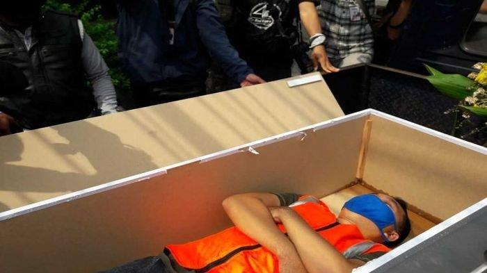 Tiga Orang Pilih Sanksi Masuk Peti Mati saat Razia Masker di Jakarta Timur, Ternyata Ini Alasannya