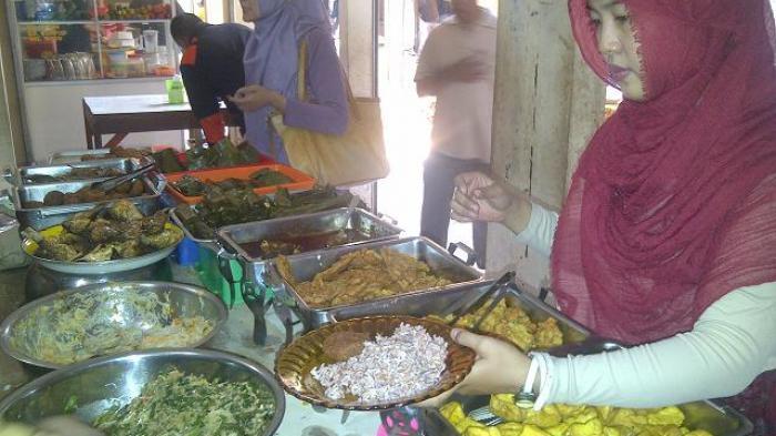 Pelanggan sedang memesan nasi merah dan lauk khas kuliner Bu Eha