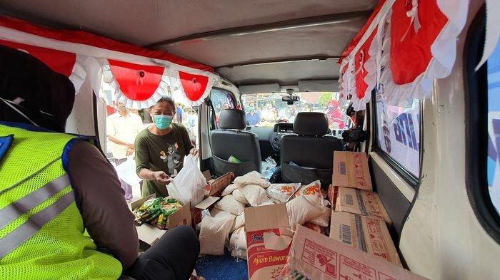 Warung Keliling Polres Cirebon Kota Beroperasi, Porter dan Warga Belanja Sembako Gratis Sepuasnya