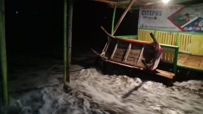 BARU SAJA Gelombang Tinggi Hantam Seratus Warung di Pesisir Pantai Citepus Sukabumi