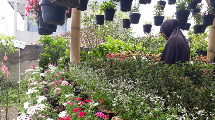 Meski Ramai Dilewati Orang, Para Pedagang Bunga di Jalan Sersan Bajuri Sepi Pembeli
