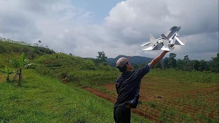 Kisah Wawan Sopir Angkot, Sukses Raup Jutaan Rupiah Bikin Pesawat Aeromodelling Belajar dari Youtube