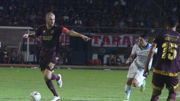 Aksi Wiljan Pluim dalam laga PSM Makassar vs Persib Bandung, Minggu (18/8/2019).