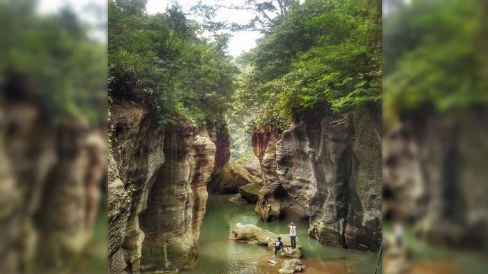 Asyiknya Jelajah Sungai dengan Pemandangan Tebing Indah di Cikahuripan